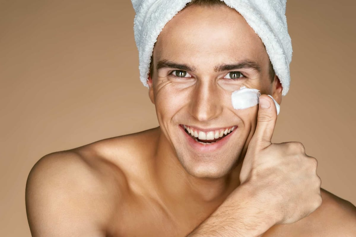 Đừng bỏ qua kem dưỡng ẩm khi chăm sóc da cho nam