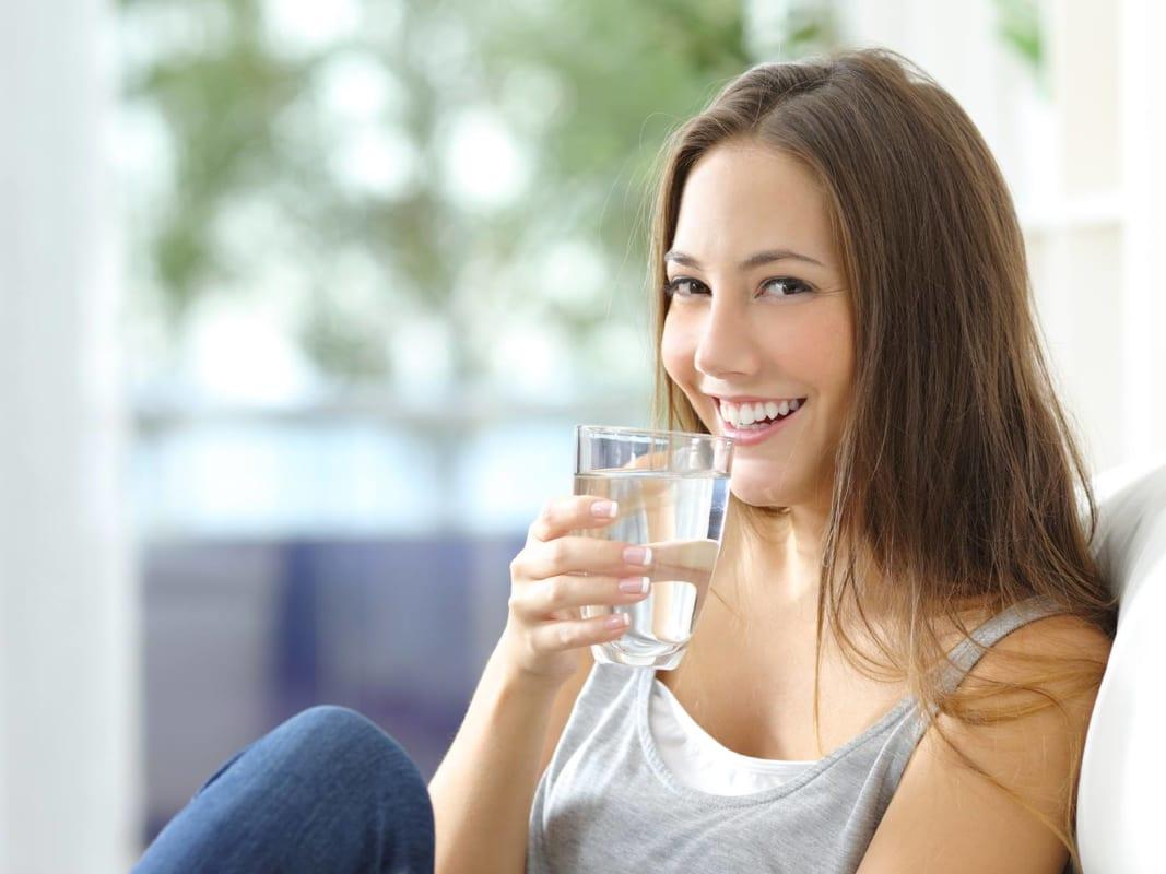 bí quyết chăm sóc da khô mỗi ngày là uống đủ nước