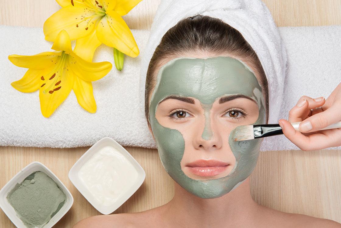 Đắp mặt nạ được xem là phương pháp chăm sóc da mặt lỗ chân lông to không thể bỏ qua