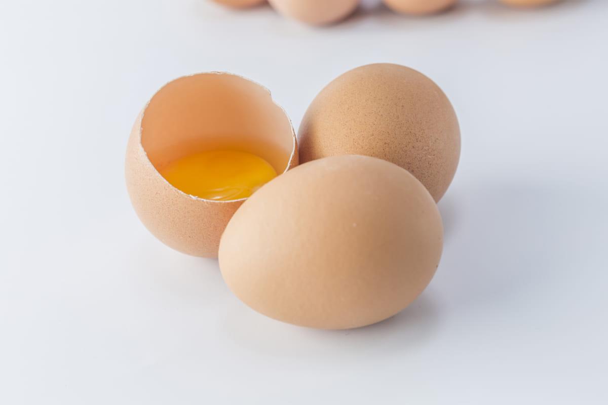 Chăm sóc tóc uốn nhuộm với trứng