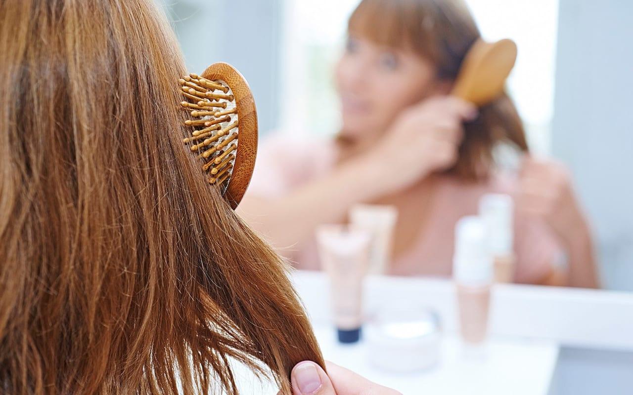 Chải tóc cũng là bước quan trọng trong việc chăm sóc tóc