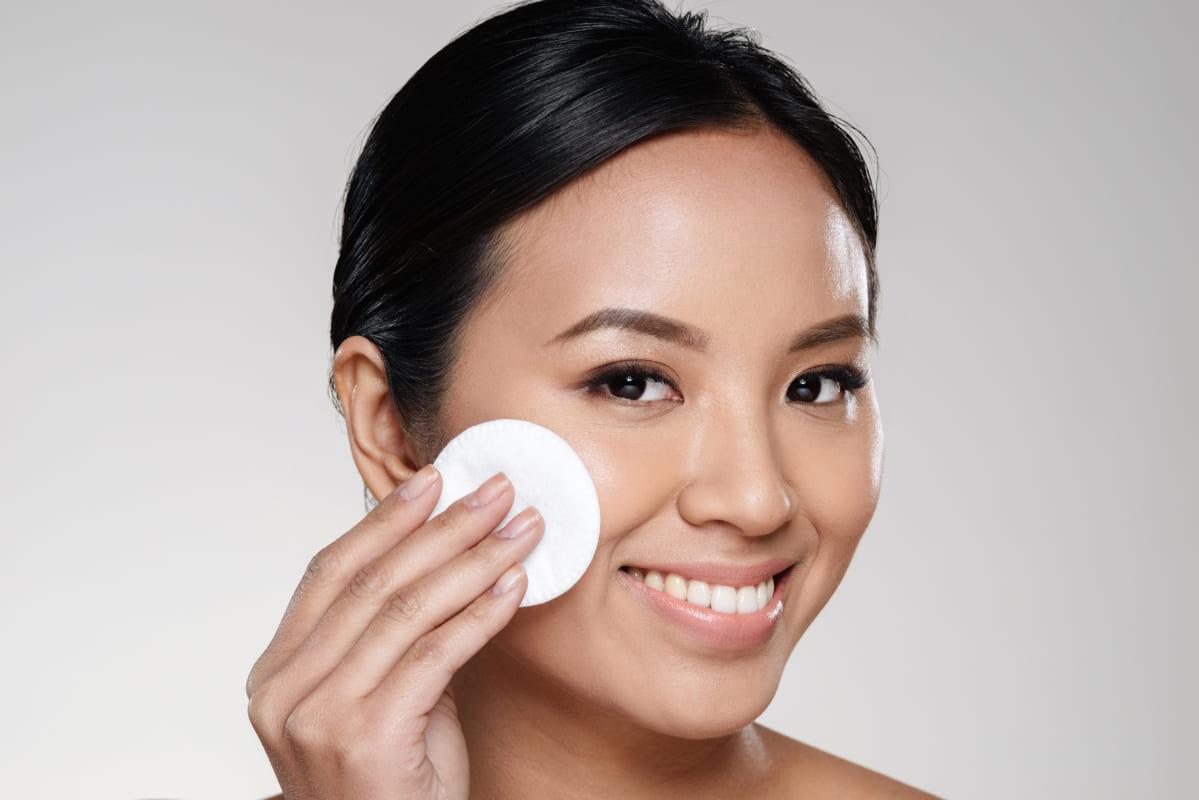 Làm sạch da mặt là điều cơ bản trong điều trị nám