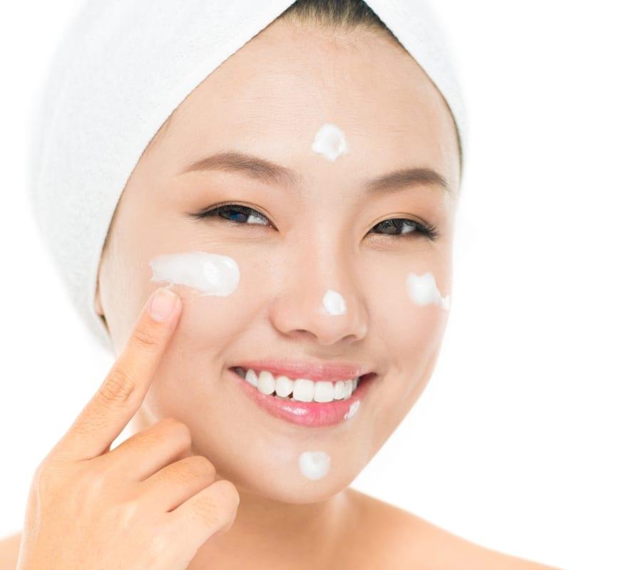 Tẩy trang da mặt bằng sữa chua cũng là phương pháp làm đẹp được chi em hay sử dụng