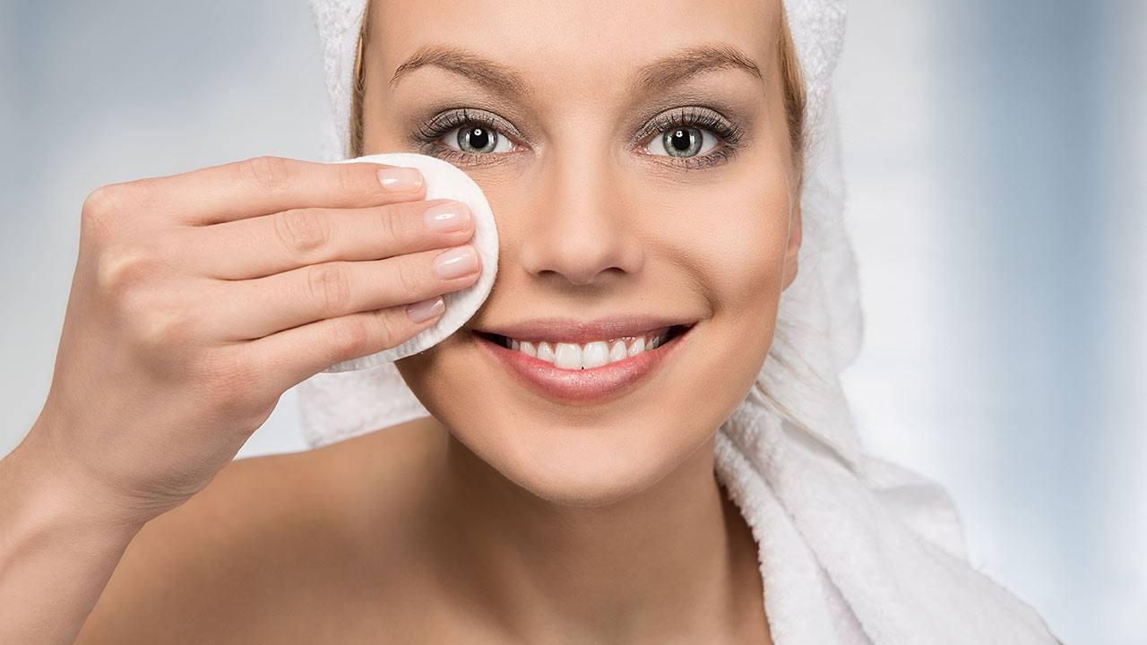 Tẩy trang mỗi ngày là điều cần làm khi chăm sóc da mặt