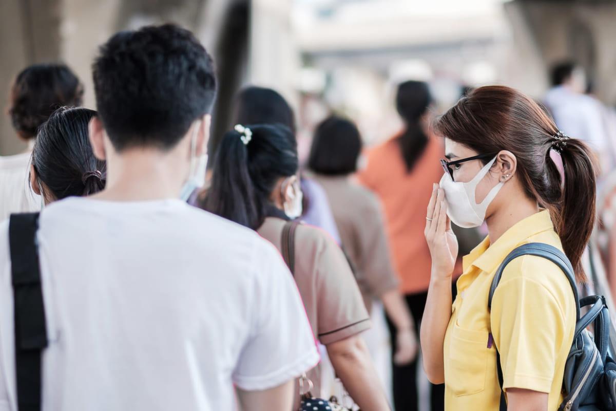 Đeo khẩu trang khi đi ngoài đường để đảm bảo an toàn mùa bện vi-rút corona