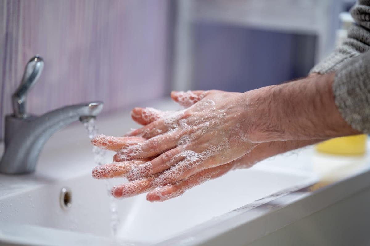 rửa tay bằng xà phòng diệt khuẩn thường xuyên đặc biệt là sau khi đi ra ngoài