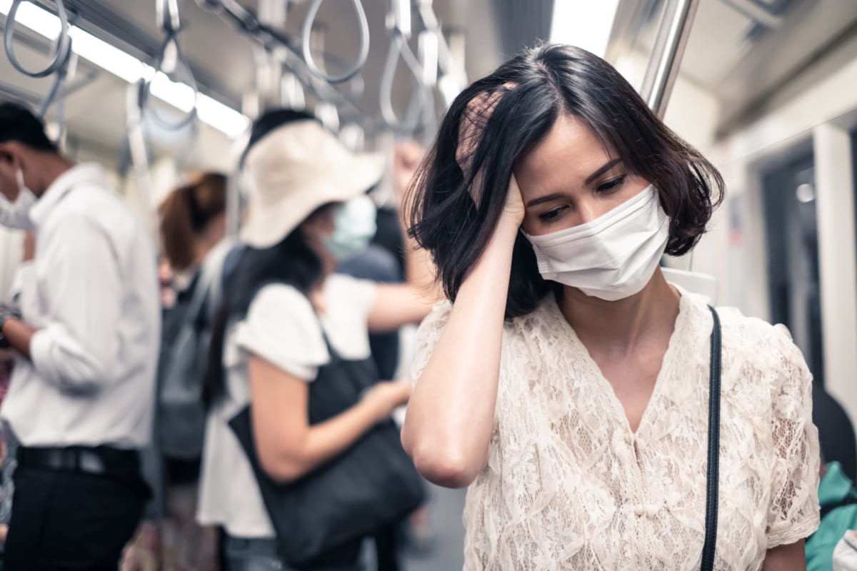 Biểu hiện mùa bệnh vi-rút corona hay gặp phải là sốt, ho, đau họng,...