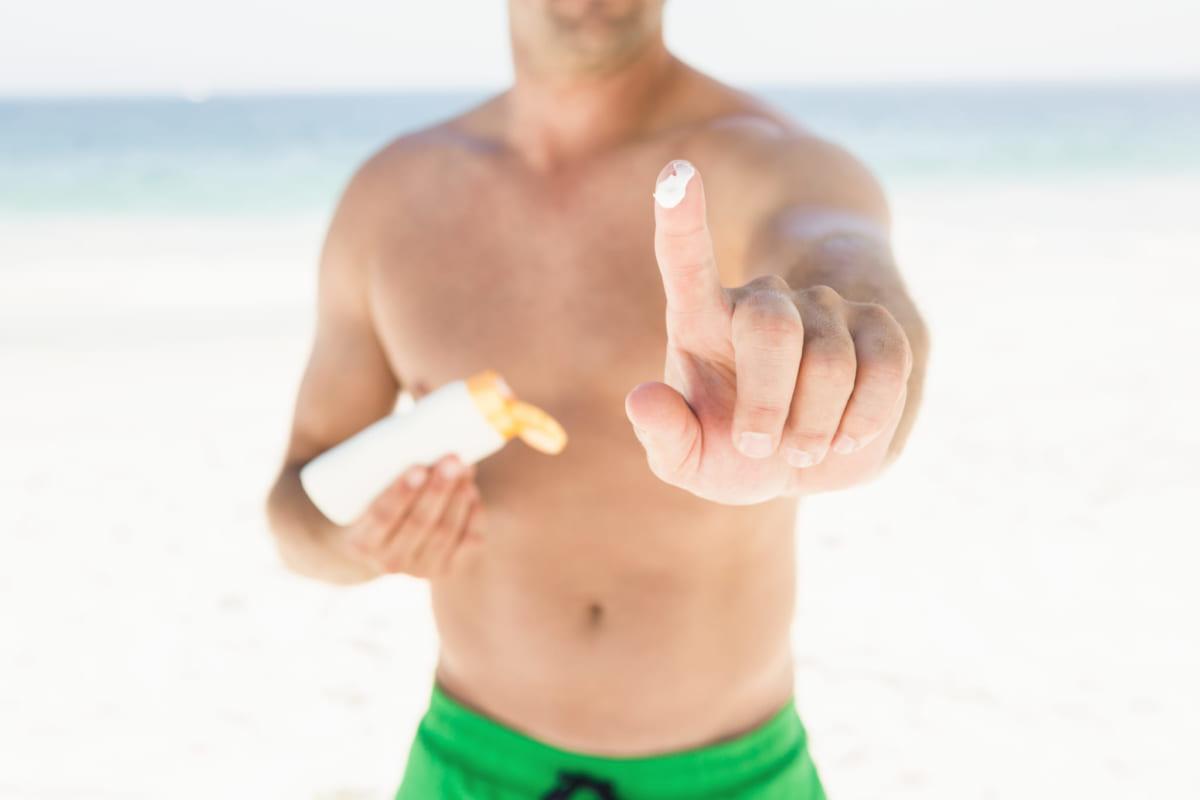 Bảo vệ làn da dưới ánh nắng là cách chăm sóc da mà nam giới cần quan tâm