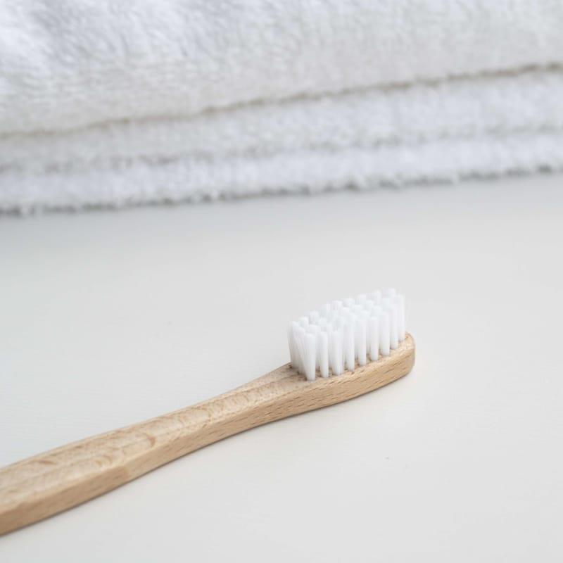 sử dụng bàn chải thô cũng là yếu tố gây ảnh hưởng đến răng miệng
