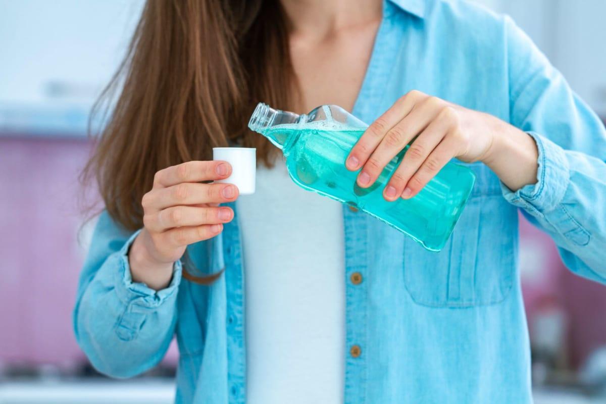 Sử dụng dung dịch nước súc miệng kháng khuẩn như thế nào là đúng cách