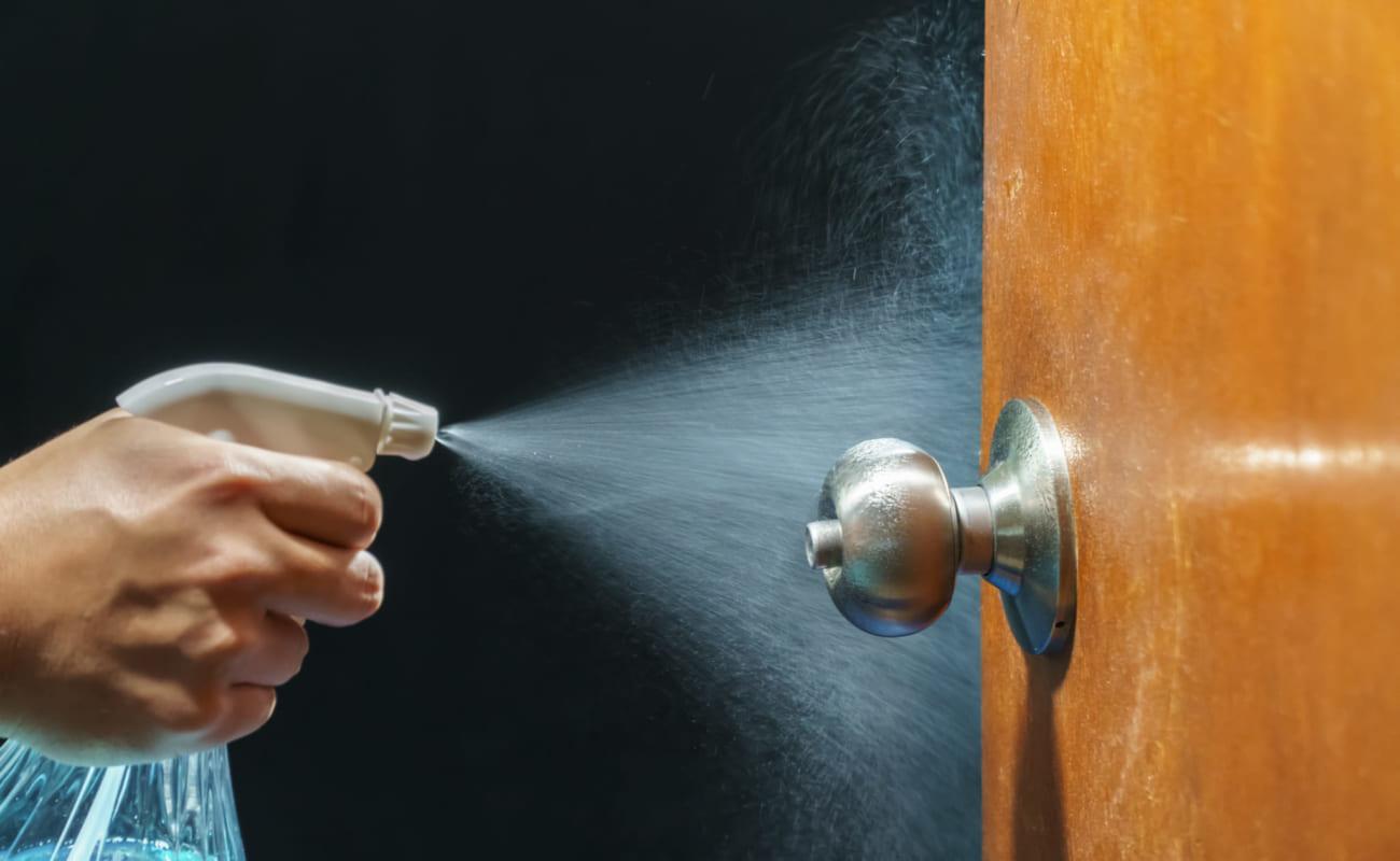 Vệ sinh - khử trùng nhà ở để loại bỏ các yếu tố có khả năng gây bệnh